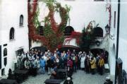 A 2002-es napórás találkozó résztvevői a Lékai várban.