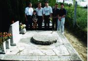 Szentmártoni Béla sírjánál. Balról-jobbra: Tuboly Vince, Horváth Tibor, Szakály Gábor, Póczek Antal, Fritz Zoltán